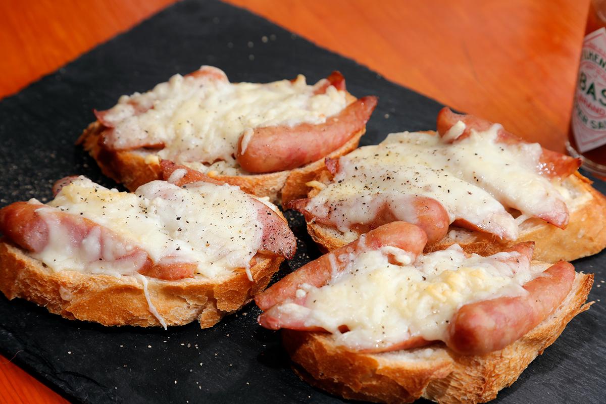 荒挽きウインナーのチーズ焼き